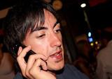 jeune homme au téléphone portable en soirée poster