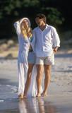 coppia passeggia al mare poster