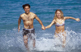 coppia corre in mare poster