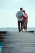 coppia passeggia sul molo