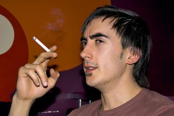 jeune fumeur mécontent cigarette en bar public
