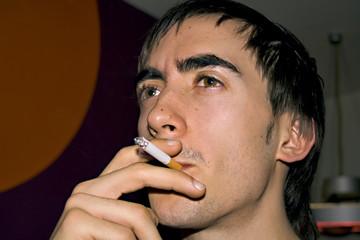 jeune fumeur avec cigarette en gros plan