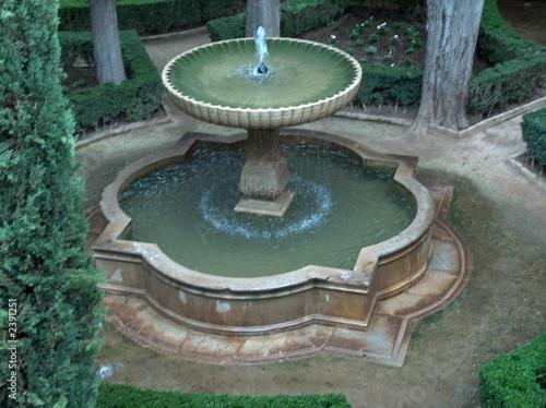 Leinwanddruck Bild granada, alhambra, brunnen in tiefer liegendem hof