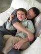 père et fils faisant un calin