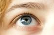 oeil bleu de femme et peau claire regard rêveur
