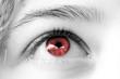 oeil rouge de femme , regard rêveur amour