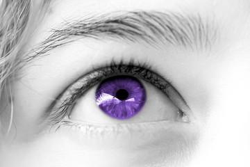 oeil violet de femme , regard rêveur