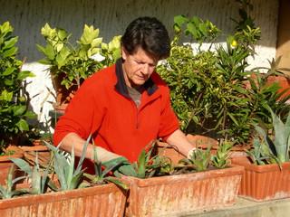 femme 3ème age jardinant
