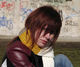 ryšavka dievča proti graffiti stenu