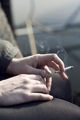 main de jeune femme tenant une cigarette