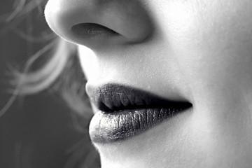 bouche de femme gothique lèvres noires