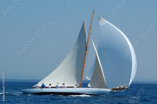 Foto op Canvas Zeilen barca a vela classica con vento al lasco