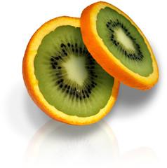orange coupée avec intérieur kiwi sur fond blanc