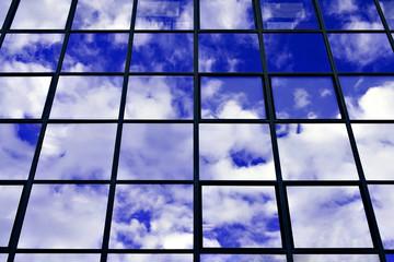 fenêtres d' immeuble de bureaux ciel bleu dense