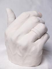 weisse hand aus gips