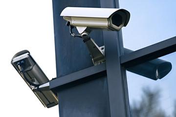 caméras de surveillance vidéo reflet en immeuble