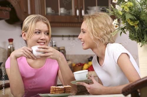 usmívající se dívky čaj