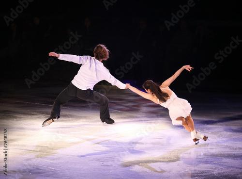 figure skaters - 2648258