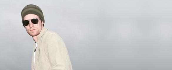 junger mann mit brille  vor dunklen wolken