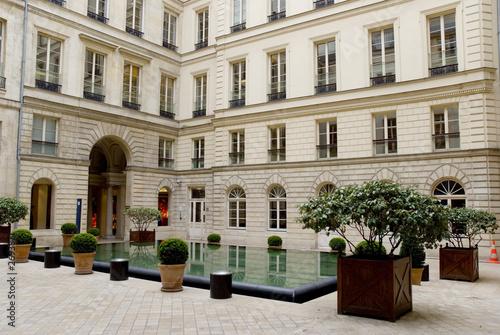 Immeuble cour interieure paris de cdrcom photo libre de for Couvrir une cour interieure