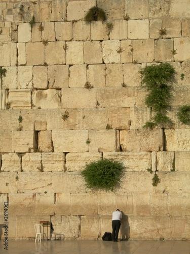 homme priant devant le mur des lamentations