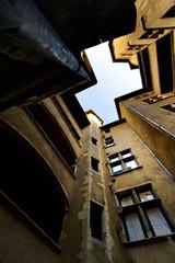 cour intérieure traboule immeuble ancien en ville