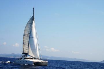 catamarán en regata