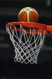 míč letí na basketbalový koš