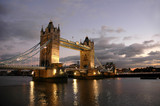 tower bridge of london de nuit-