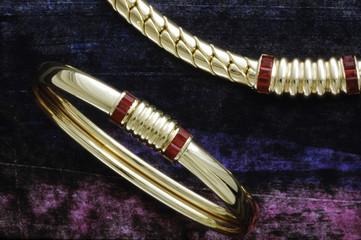 bracelet et collier sur une toile
