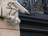 caméra video surveillance et lampe. poster