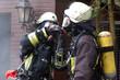 feuerwehrmänner mit atemschutz bei feuer