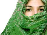 mujer sari verde poster