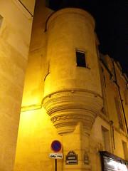 façade médiviale du quartier latin le soir.