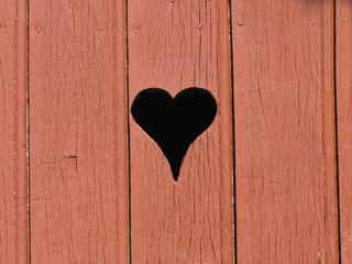 0835 - oeilleton en coeur sur vieille porte