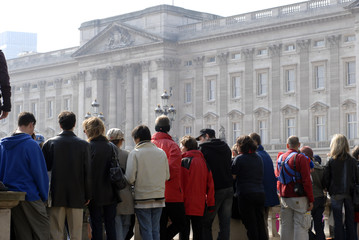 crowd in front of buckingham palace