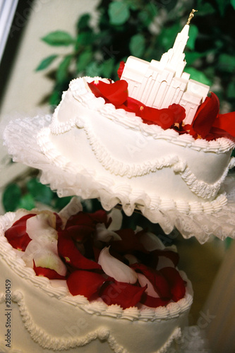 red rose wedding cake with lds temple decoration