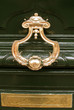 porte en bois avec décoration en laiton