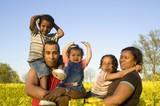 šťastná rodina v přírodě