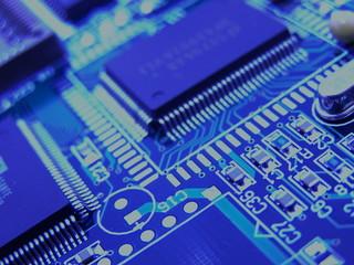 zoom sur un circuit intégré bleu