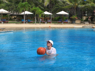woman play basketball in the swimming pool