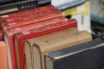 Bücherflohmarkt an einem sonnigen Tag