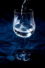 ein glas wird befüllt