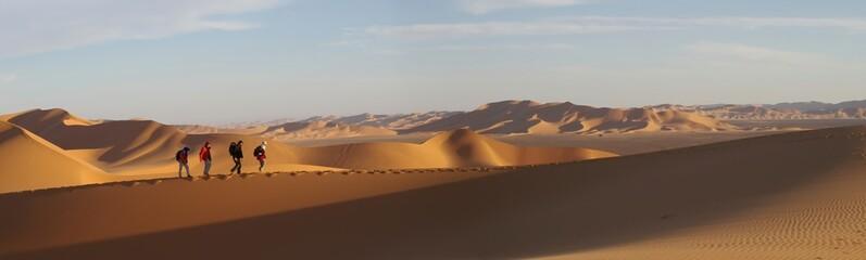 randonneurs sur une dune de l'erg murzuk