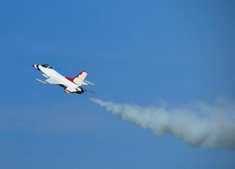 f-16 fighter jet climbing