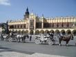 hauptmarkt rynek in krakau mit pferdekutschen