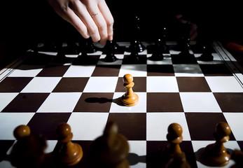 jeu d' échecs et main jouant symbole de stratégie