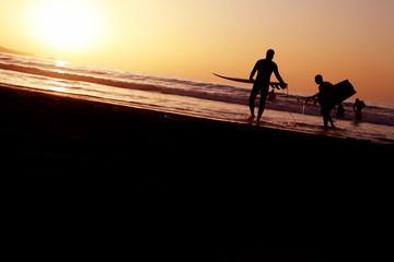 surferos en la playa