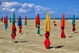 parasols alignés poster