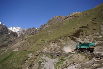 le camion nettoie la route pour les touristes